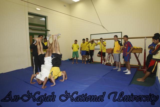 تدريبات طلاب كلية الرياضة في لعبة الجمباز