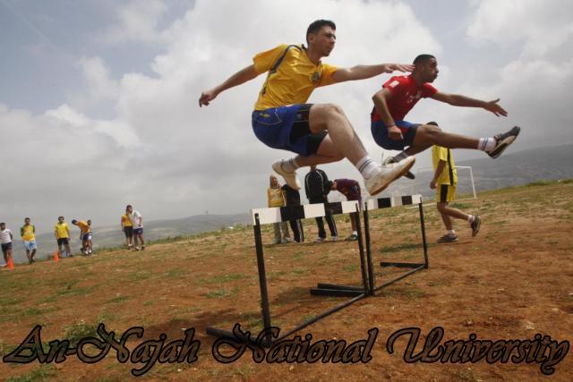 تدريبات طلاب كلية الرياضة في لعبة السرعة والسباقات