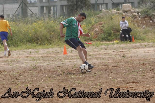 تدريبات طلاب كلية الرياضة في لعبة كرة القدم