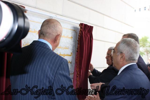 السيد الرئيس محمود عباس يقوم بإزالة الستار عن حجر الاساس خلال حفل افتتاح كلية التربية الرياضية