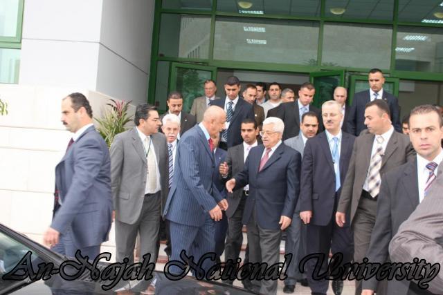 السيد الرئيس محمود عباس الى جانب السيد رامي الحمد الله رئيس الجامعة وبعض الحضور