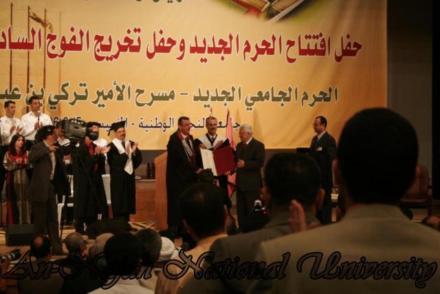 الرئيس محمود عباس يستلم درجة الدكتوراه الفخرية في القانون