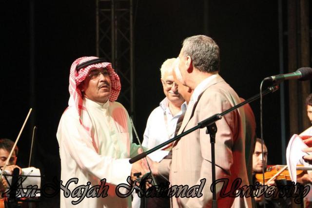 الفنان الكويتي الكبير عبد الله الرويشد يحي حفلة غنائية في جامعة النجاح الوطنية 11