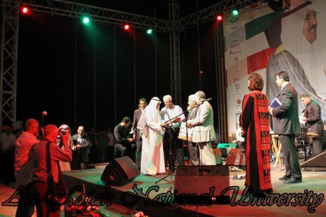 الفنان الكويتي الكبير عبد الله الرويشد يحي حفلة غنائية في جامعة النجاح الوطنية 9