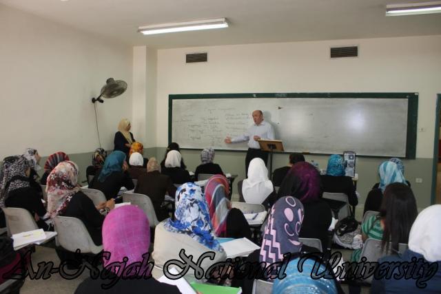 محاضرة في قسم اللغة الانجليزية