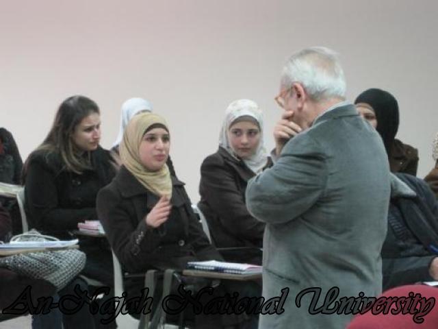 احدى الطالبات تتناقش مع الدكتور ريزي حول موضوع المحاضرة