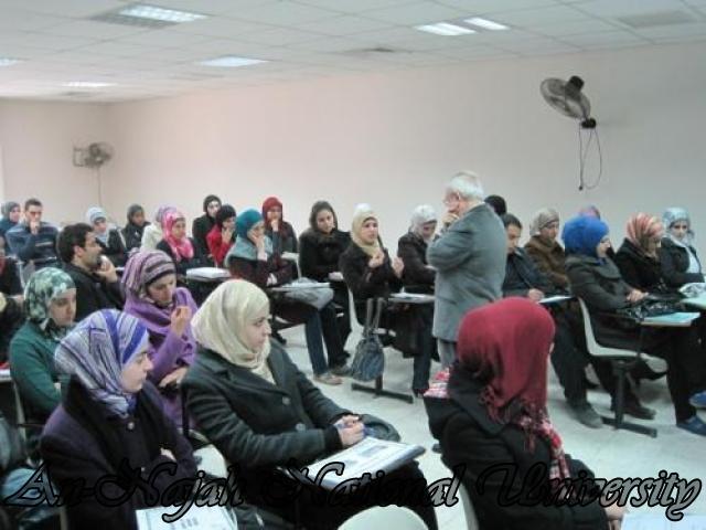 الدكتور ريزي وسط الطلاب اثناء محاضرته